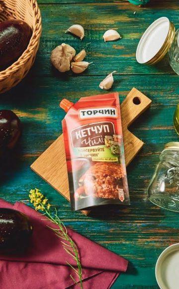 Ein köstliches Rezept zum Kochen von Auberginen für den Winter mit Chili-Ketchup