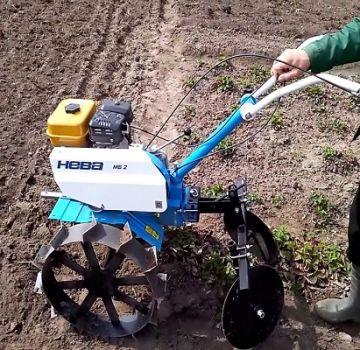 Typy zemiakových kopcov pre traktor so záchodom: ako si vyrobiť a zostaviť vlastnými rukami?