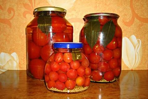 Tomates con semillas de mostaza en frascos sobre la mesa