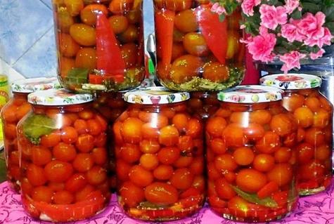 tomates con semillas de mostaza en frascos