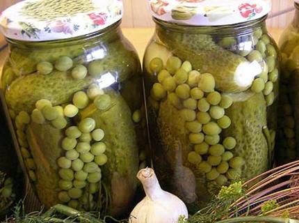 castraveți cu mazăre verde într-un borcan de litru