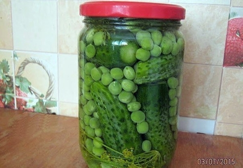 castraveți cu mazăre verde într-un borcan