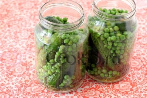 castraveți cu mazăre verde în borcane