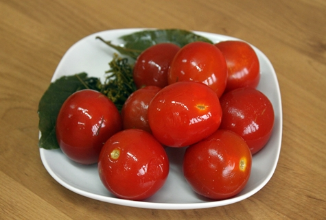 tomates en escabeche en un plato
