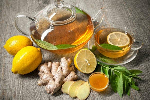 té con jengibre y limón en una tetera