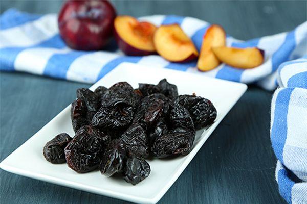 prune de pe masă