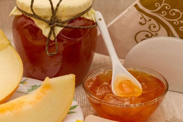 gem de pepene galben într-un bol
