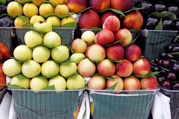 piersici și mere