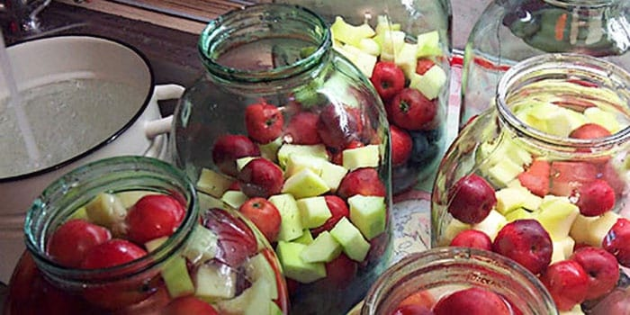 manzanas en un frasco