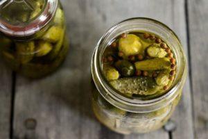 TOP 10 receptov na chrumkavé uhorky na zimu s aspirínom doma, so sterilizáciou aj bez nej